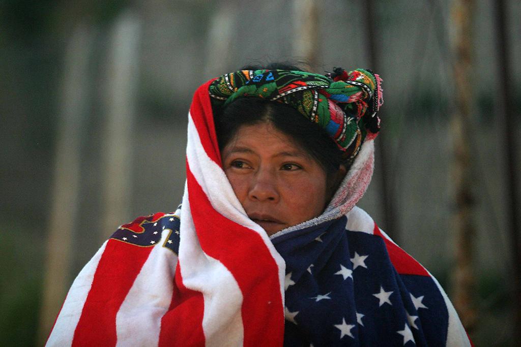 """""""… una anciana que se cubría la espalda usando, a manera de sa't, una toalla impresa con la bandera de los Estados Unidos"""""""