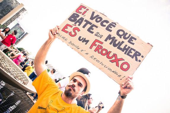 """""""Hey, vos, que le pegás a una mujer. Sos un cobarde"""". Fuente: flickr.com/photos/midianinja/"""