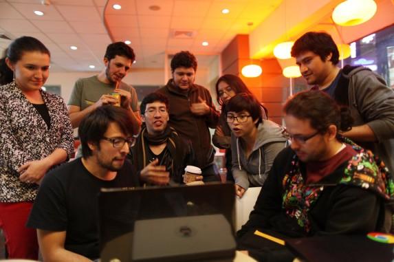 La comunidad de game-developers, esta semana en un café con wifi. Foto: Carlos Sebastián