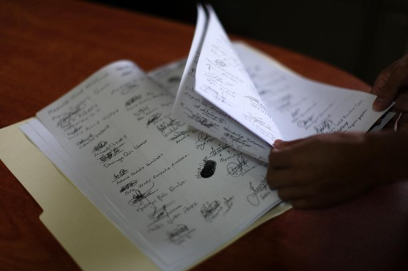 Varias de las firmas de pobladores a favor de la expulsión