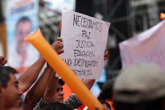Un ciudadano manifestó su descontento con el PP en medio de su mitin. Foto: Carlos Sebastián