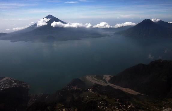 El lago de Atitlán, a 125 kilómetros de Ciudad de Guatemala.