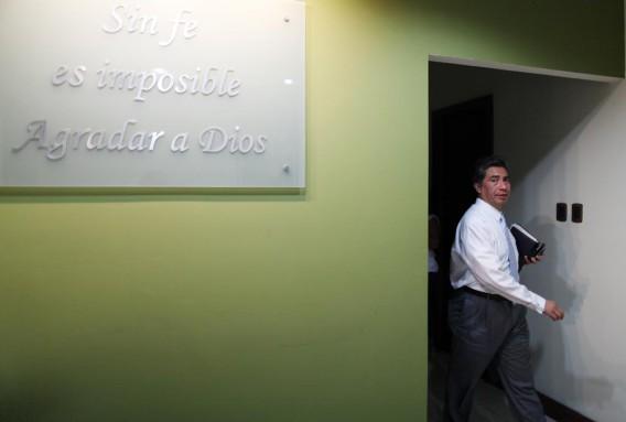 Cabrera, a la entrada de su oficina.