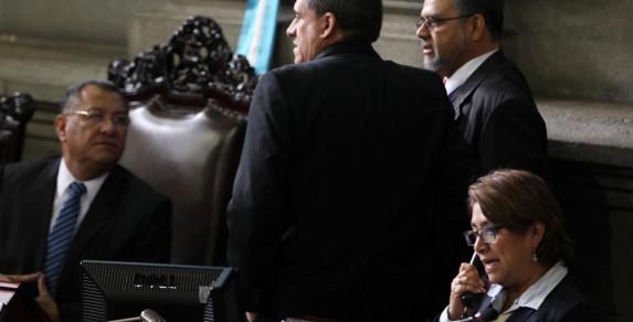 La diputada Guzmán junto a tres poderosos, Crespo (PP), Alejos (Todos, de espaldas) y Barquín (Líder, de pie).