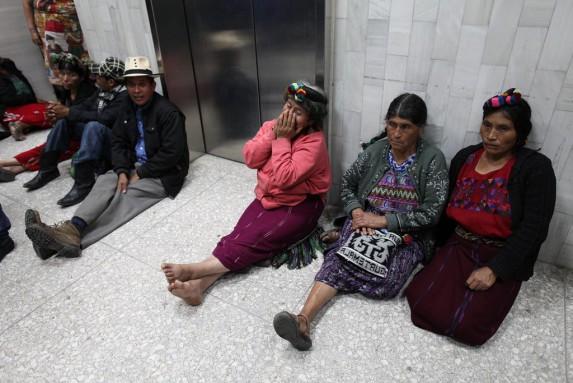 Sobrevivientes ixiles en el pasillo porque la CSJ no autorizó usar una sala más grande.