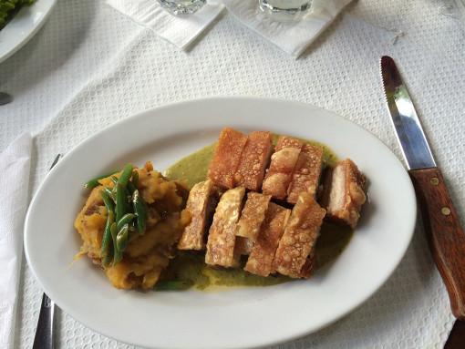 Un plato de la carta: un cochinillo perfectamente asado: crujiente por fuera, tierno y jugoso por dentro.