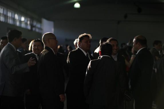 Abogados hacen fila para votar.