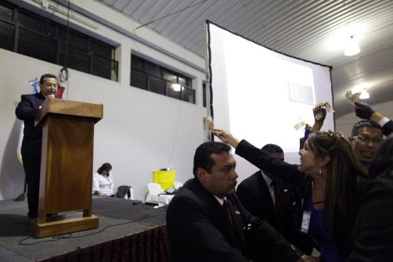 Simpatizantes de López Villatoro interrumpen discurso del Presidente saliente del Colegio de Abogados, Luis Reyes.