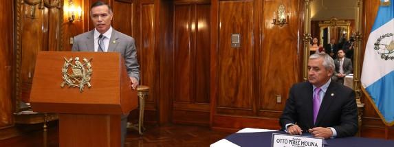 Rodríguez (izq) junto a Pérez Molina, hace dos semanas. Foto: IGSS.