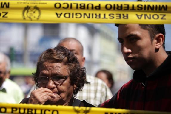 Dos personas observan el lugar del atentado del 11 de marzo de 2015, en el hospital San Juan de Dios.