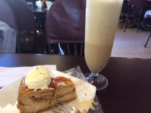 Pie de queso, manzana y caramelo y un macciato. Patsy