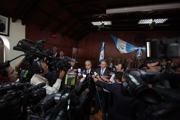 Los ministros de Trabajo (izq) y de Economía (der), después de defender la política en la Corte.