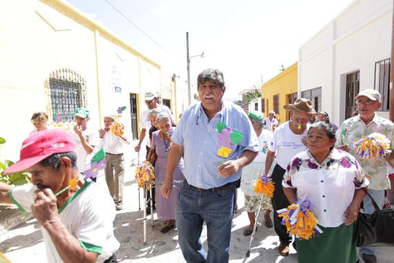 Julio Girón, alcalde de Estanzuela, durante la celebración del Día del Adulto Mayor.