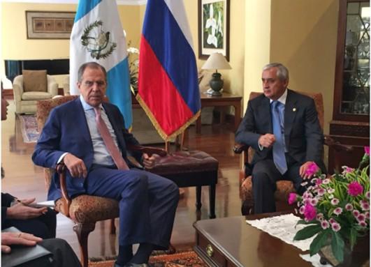 Labrov y Pérez Molina, cuando se reunieron en Guatemala. Foto: MRE.