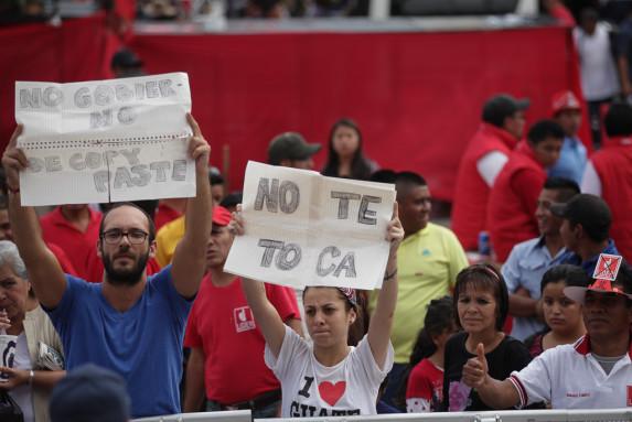 Andrea Henry sostiene una pancarta de No Te Toca en respuesta a la campaña de Baldizón.