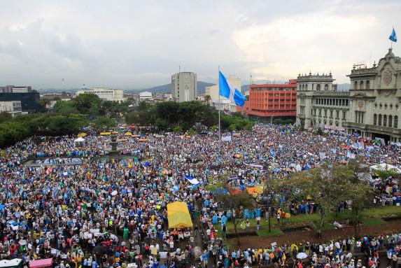 Concentracion masiva de la marcha M 16 en la Plaza de la Costitucion-5