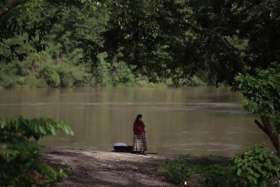 Una mujer trabajadora, a orillas del río La Pasión.