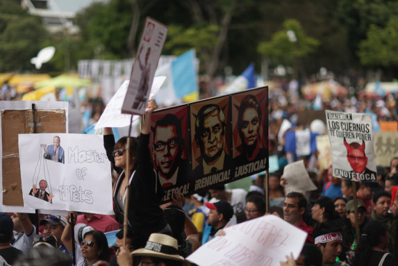 Protesta pacifica piden renuncia de Otto Perez-18