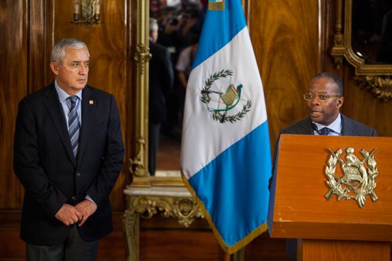 Otto Pérez mira a Robinson el 4 de junio de 2015.