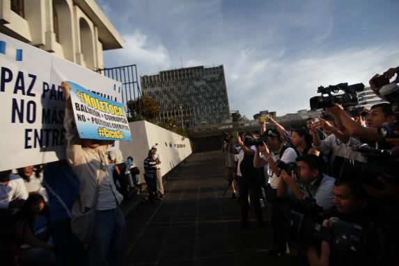 La tensión entre simpatizantes, opositores y prensa estuvo en las cabezas de quienes llegaron a la plaza.