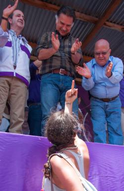 La respuesta de Portillo y Lizardo Sosa (candidatos a diputado y a presidente) para María Maldonado. Foto: Mario Ajanel