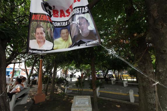En el parque de Mazatenango está la placa y la imagen de los tres periodistas. Foto: Carlos Sebastián
