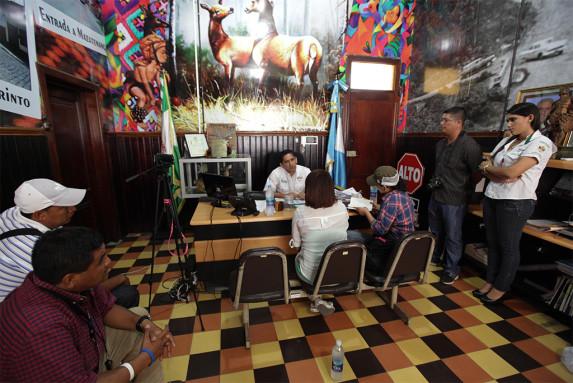 Mientras las periodistas de ContraPoder y Nómada lo entrevistaban, entraron al despacho sus propios periodistas. Foto: Carlos Sebastián