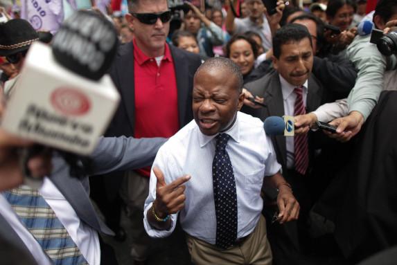 La salida de Robinson del Congreso fue a trompezones. Entre los empujones de los periodistas, los jalones de sus guardaespaldas y los abucheos de manifestantes, aquello pareció un zafarrancho.