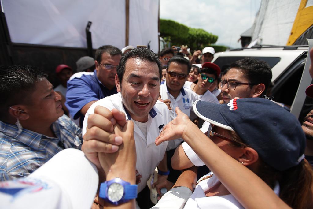 Jimmy Morales, caminando entre la gente en Patulul.