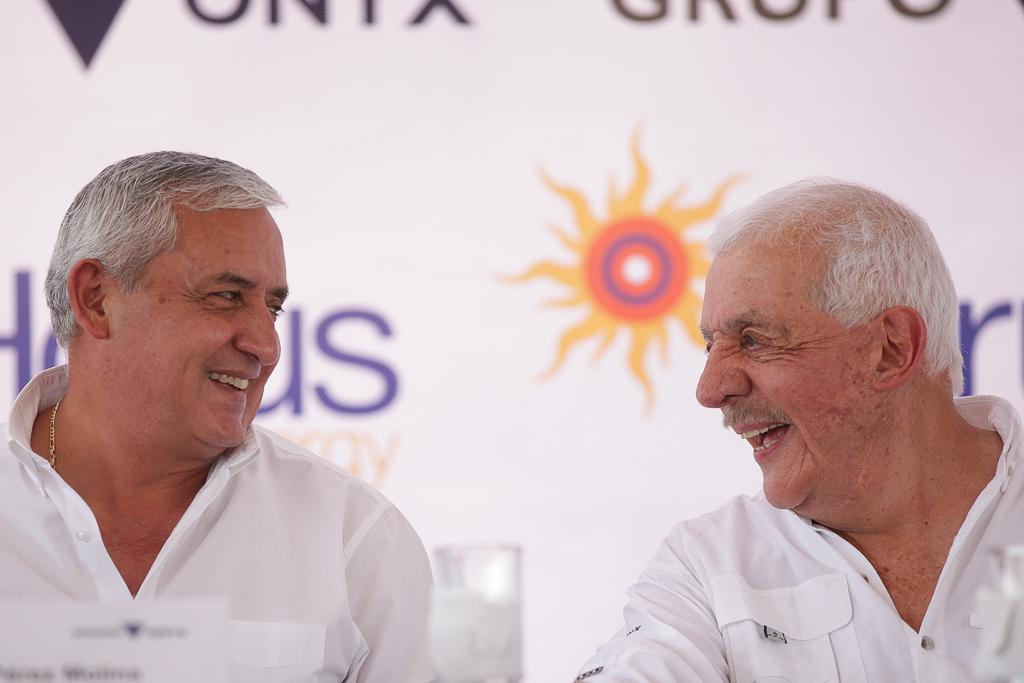 El presidente Otto Pérez y el empresario Mario López celebran la inauguración de la planta solar en febrero de 2015.