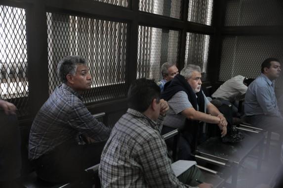 Los acusados de La Línea escuchan con preocupación a Eco durante la audiencia.