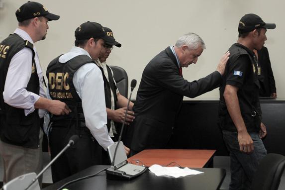 El ahora expresidente sale de la audiencia rumbo a la prisión.