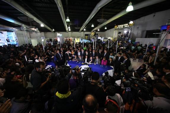 Morales, junto a su eposa, su vicepresidente y su jefe de bancada, rodeado de desconocidos y curiosos.