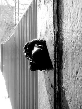 Bolsa de basura penetrando pared.
