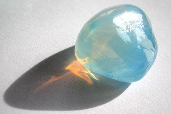 La luz que atraviesa este trozo de vidrio ha dispersado su componente azul (Imagen: Flickr, Optick).