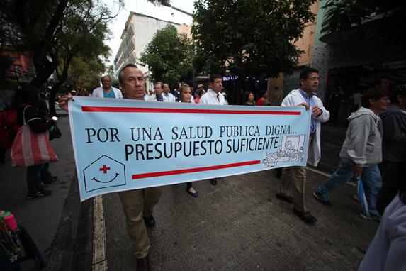 El lunes 23 de noviembre de 2015, trabajadores del Hospital General exigieron un presupuesto suficiente para la prestación de servicios de salud.
