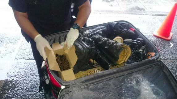El cincho de balas, en su maleta. Foto: PNC