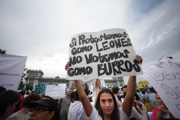 Una manifestante de 2015 resume buena parte de nuestra paz: peleamos como leones y votamos como burros.