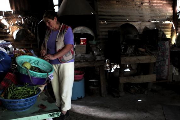 Una mujer prepara comida en Sacatepéquez.