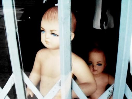 Y adultos infelices tuvieron bebés maniquíes infelices.