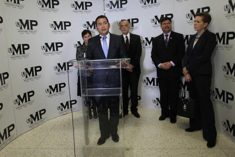 Jimmy Morales habla sobre el informe de labores de la CICIG en 2015. Atrás, los jefes del MP, la CICIG, la Corte Suprema y el PNUD.