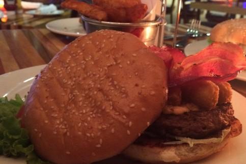 Hamburguesa con tocino y palitos de queso mozzarella.