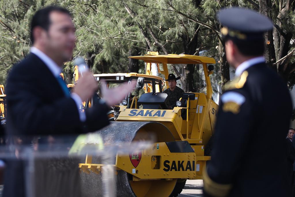 Jimmy Morales presidente hace entrega de maquinaria para la construccion de caminos al Ejercito