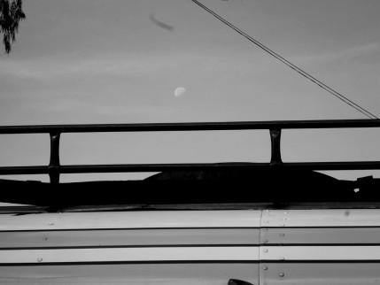 Camioneta y luna.