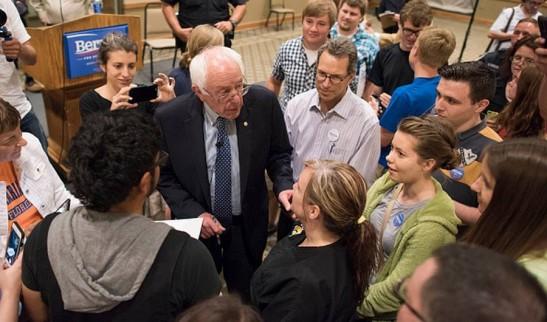 Bernie conversa con jóvenes.