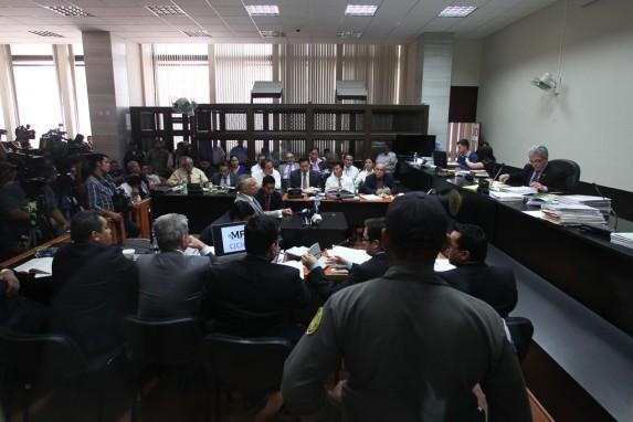 Al fondo, los 20 abogados de los acusados. En medio, Eco. De espaldas, los abogados del MP y la CICIG.
