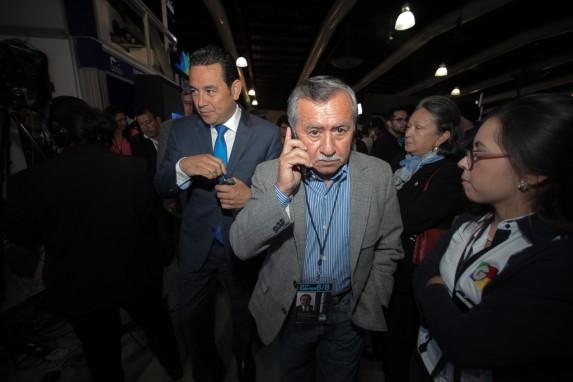 El diputado Ovalle, junto a Jimmy Morales el día de la victoria electoral.