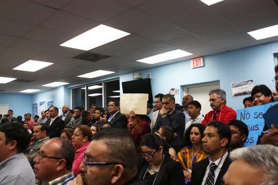 Migrantes guatemaltecos plantean algunas de sus demandas al presidente Jimmy Morales (Foto: Conié Reynoso).