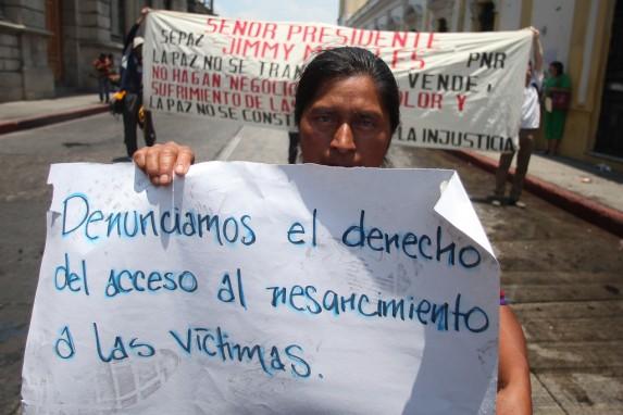 Manifestación de personal de la Secretaría de la Paz y del Programa Nacional de Resarcimiento por los despidos.