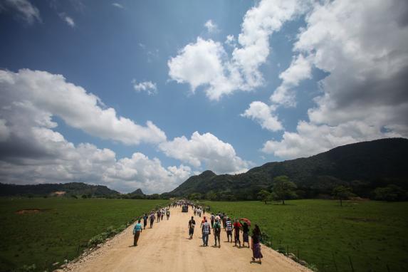 Comunitarios caminan rumbo a la hidroelectrica en Ixquisis.